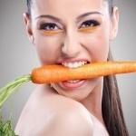 Девушка с морковкой в зубах