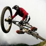 Велосипедист в прыжке с повернутым в сторону рулём