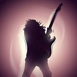 Силуэт рок-музыканта с электрогитарой и длинными волосами