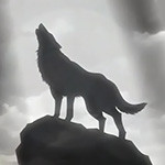 Силуэт воющего волка на вершине горы
