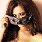 Темноволосая девушка приспускает маску с глаз
