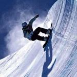 Парень на сноуборде в хафпайпе