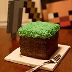 Торт в виде кубика грязи с травой из Minecraft