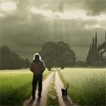 Мужчина идёт по грунтовой дороге с котом