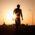 Силуэт мужчины в шортах на фоне Солнца