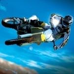 Мотоциклист в прыжке исполняет зрелищные трюки