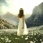 Девушка в белом платье с венком на голове на фоне потрясающего пейзажа
