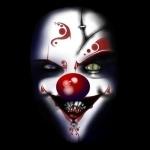 Страшный клоун с разными глазами и узорами на лице