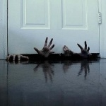 Руки торчащие из под двери