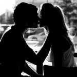 Силуэты целующейся парочки в кафе у окна
