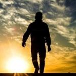 Силуэт идущего мужчины в полный рост