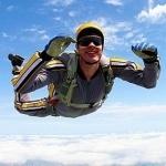 Улыбающийся парашютист в свободном падении