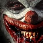 Страшное лицо клоуна с большим ртом с клыками