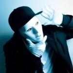 Человек в белой маске и белых перчатках