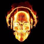 Картинка огненного черепа в наушниках на чёрном фоне для любителей музыки
