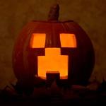 Картинка с хэллоуиновской тыквой с вырезанными глазами и ртом в стиле Minecraft