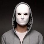 Анонимная картинка с парнем в белой маске и капюшоне