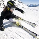 Девушка на лыжах спускается с горного склона. Аватар для экстремальных лыжниц.