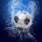 Картинка с футбольным мячом и разлетающимися брызгами воды