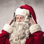 Санта Клаус в наушниками слушает музыку с закрытыми глазами
