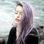Девушка с фиолетовыми волосами и закрытыми глазами