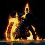 Призрачный гонщик сидит на мотоцикле с горящими колёсами