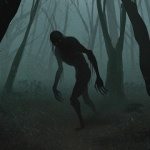 Силуэт страшного существа с длинными руками среди деревьев
