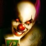 Ужасный улыбающийся клоун с загадочной коробочкой в руке