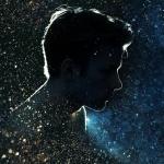 Силуэт мужчины в профиль на фоне звёздного неба