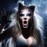 Девушка с кошачьими ушками и клыками