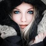 Красивая синеглазая девушка в тёплом капюшоне