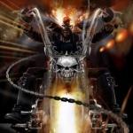Призрачный гонщик едет на мотоцикле с черепом на руле