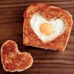 Яичница в поджаренном хлебе с вырезанным кусочком в форме сердца