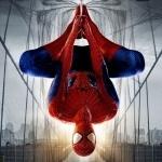 Человек-паук висит на паутине вниз головой на фоне моста