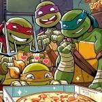 Черепашки-ниндзя радостно смотрят на открытую коробку с пиццей