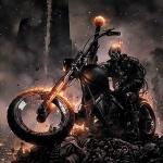 Призрачный гонщик на мотоцикле на горе костей и черепов