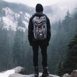 Мужчина в горах с рюкзаком за спиной