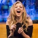 Натали Дормер смеётся с широко открытым ртом