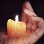 Горящая свеча на женской руке