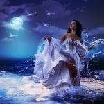 Девушка в платье стоящая в воде на фоне луны и ночного неба