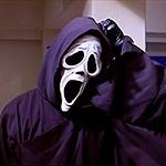 Убийца в маске из фильма Крик чешет голову через капюшон
