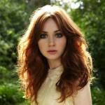 Актриса Карен Гиллан с рыжими волосами, известная ролью сериале «Доктор Кто»