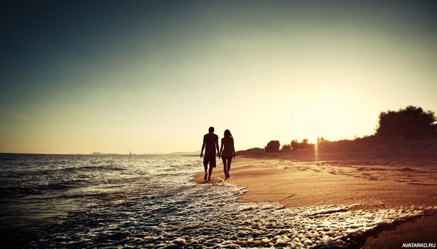 фото парень с девушкой гуляют по берегу моря