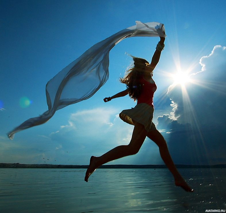 Картинки девушка бежит по воде