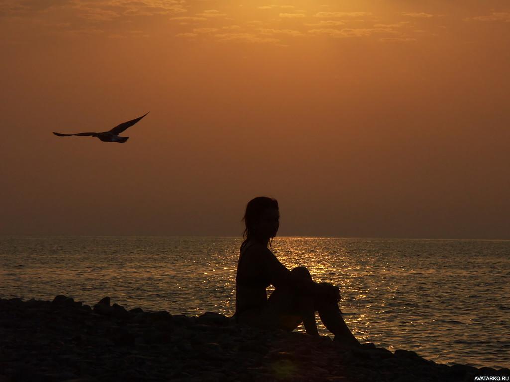 Картинки одинокая девушка на море