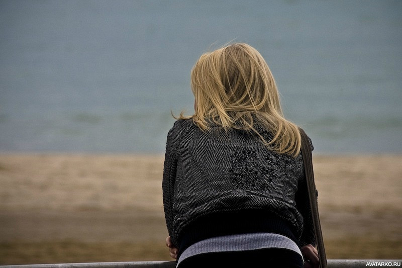 fotografii-devushek-so-spini-blondinki