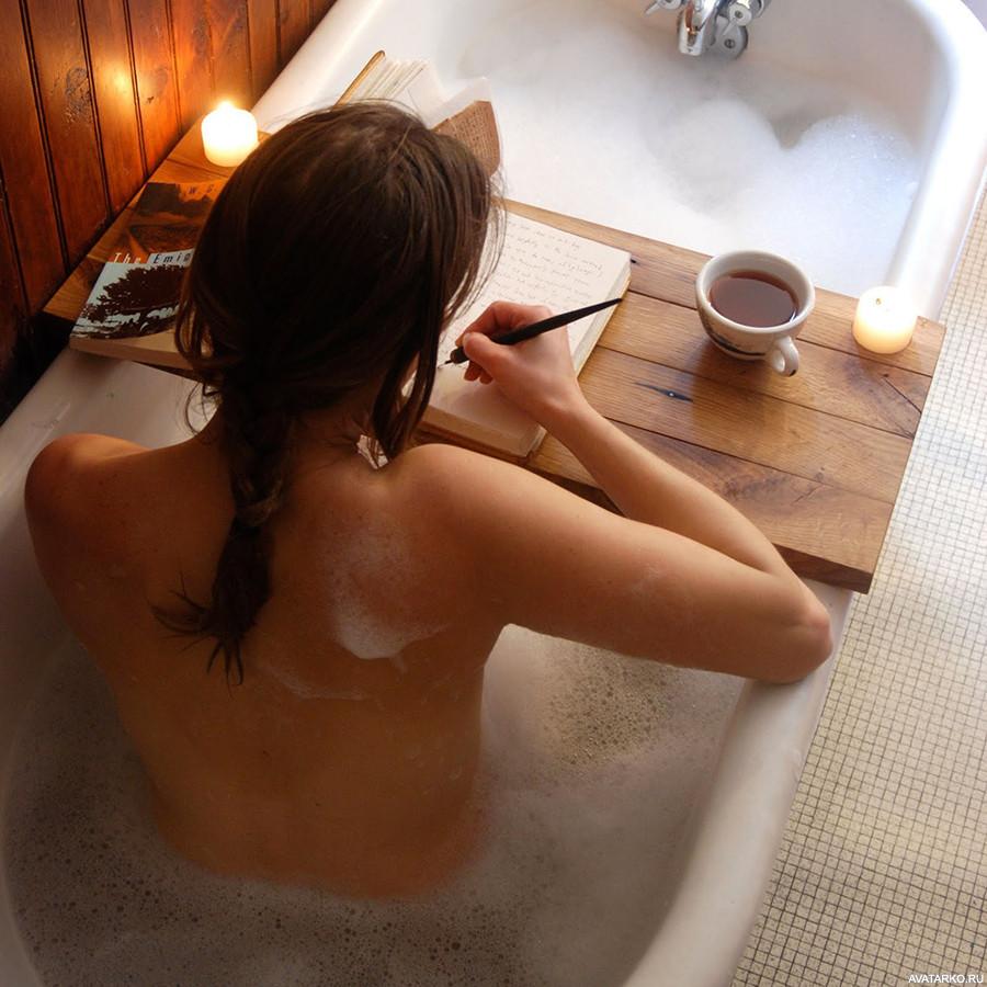 Молоденькая брюнетка позирует в ванной  593462