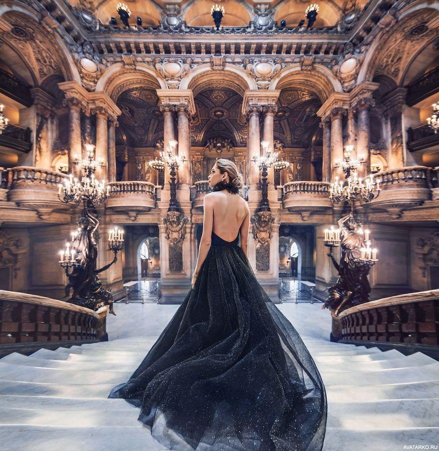 6fb30e33205 Девушка в чёрном платье спускается по лестнице в огромном зале ...