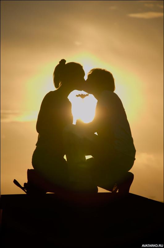 Фото 531x800   Силуэт целующейся пары на корточках   Силуэты, Парень и девушка, Поцелуй,   фотография
