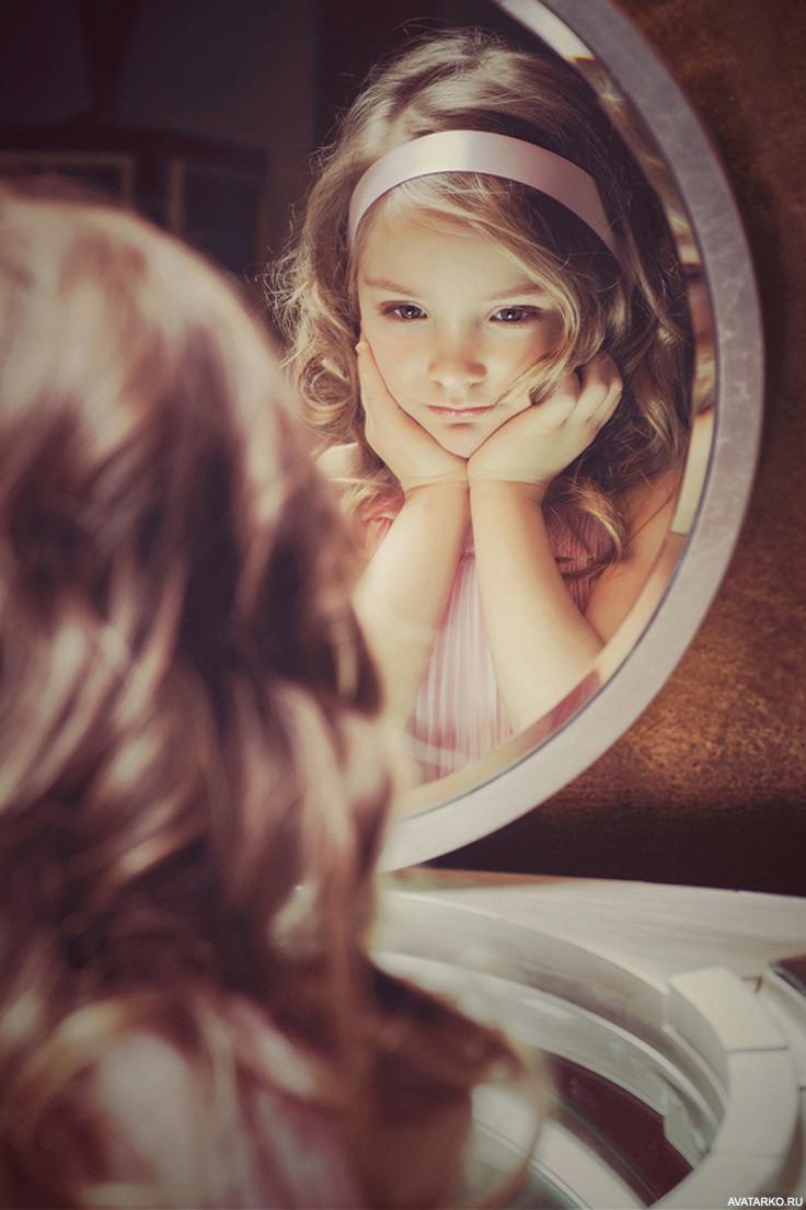 Картинки девочка у зеркала